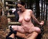 Im Wald wird die notgeile Mama das erste mal richtig vom fremden gebumst